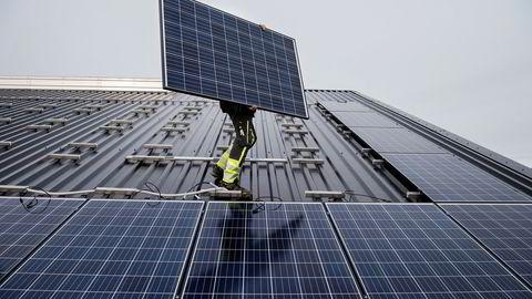 Før vi bestemmer oss for å gjøre store inngrep i naturen for å lage nye vindkraftverk, bør vi finne ut om deler av det økte strømbehovet kan dekkes av smartere bruk av den strømmen som allerede blir produsert, skriver innleggsforfatterne. Her ser vi montering av solcellepaneler på Jæren.