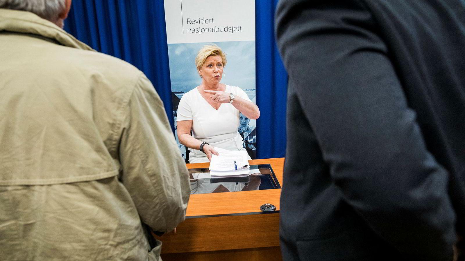 Siv Jensen har her pressekonferanse om revidert nasjonalbudsjett 2019.
