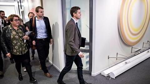 Knut Arild Hareide og resten av KrF-ledelsen brøt regjeringssamtalene med Høyre og Frp. Men partiet takker ja til selskap hos statsminister Erna Solberg for regjeringens samarbeidspartnere.