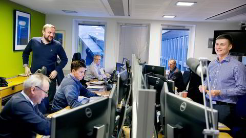 Norges mest erfarne aksjemegler, Rolf Otto Hansen (foran til venstre) i SNN Markets, har meglet aksjer siden 1982. Her er han sammen med sine kolleger i Tromsø. Foto: Ingun A. Mæhlum