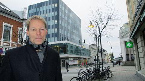 Kurt Mosvold i Mosvold & Co sikrer seg bygget i bakgrunnen. Foto: