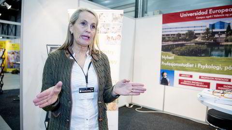 Inger Mørken arbeider med å rekrutterer norske studenter til psykologutdanning i Madrid. Her fotografert på utdanningsmessen på Lillestrøm i januar. Foto: Mikaela Berg