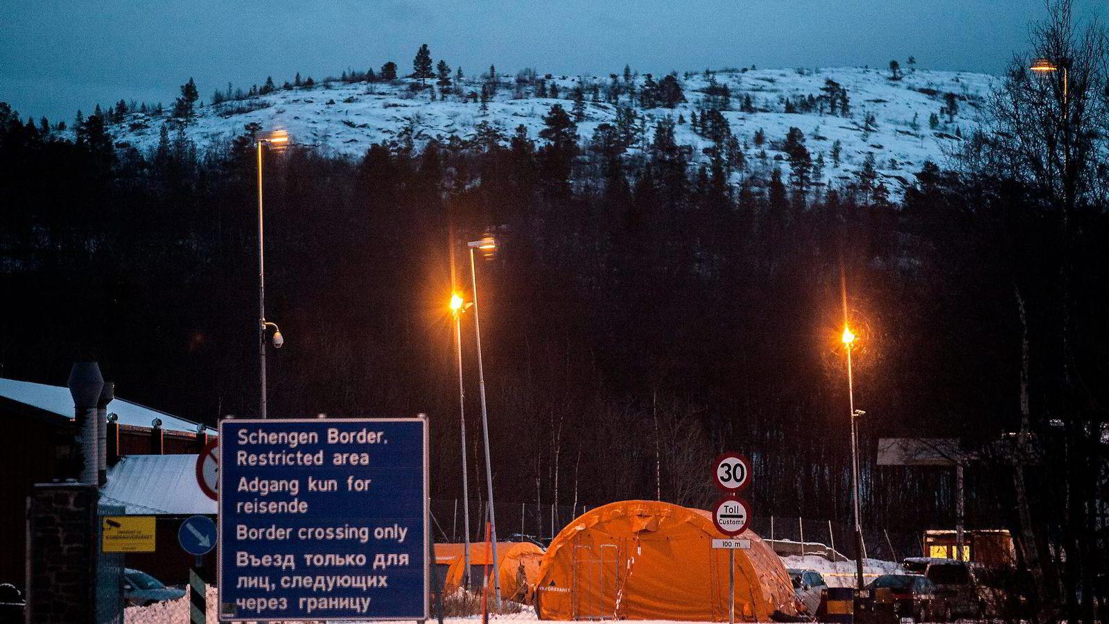 Både KrF og Venstre er mot å bygge et 200 meter langt gjerde langs det som er en forsvinnende liten andel av vår nesten 200 kilometer lange grense mot Russland, skriver artikkelforfatterne.