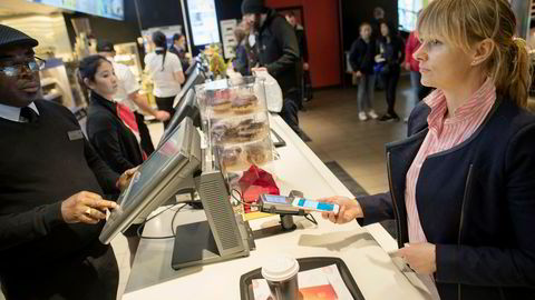 Oslo - Norge - 28.04.2017: Vipps mobil betaling - Elisabeth Haug, nestsjef i Vipps demonstrerer Vipps betaling med mobil. Her med Okeke Sampson butikksjef på Mc Donalds i Storgata. Foto: Øyvind Elvsborg Foto: Øyvind Elvsborg
