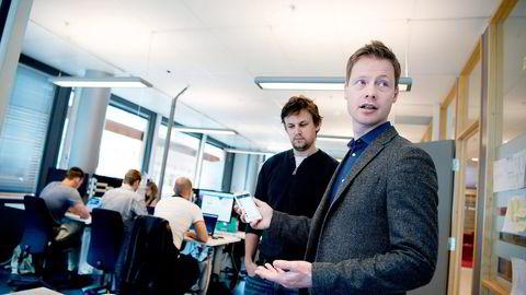 Gründer og foreleser ved Universitetet i Oslo Kristian Collin Berge (til høyre) og medgründer Geir Sande Nilsen i Edtec Foundry vil bruke robotteknologi og kunstig intelligens for å oppmuntre til studentdiskusjoner i et nytt digitalt læringsverktøy. Foto: Mikaela Berg