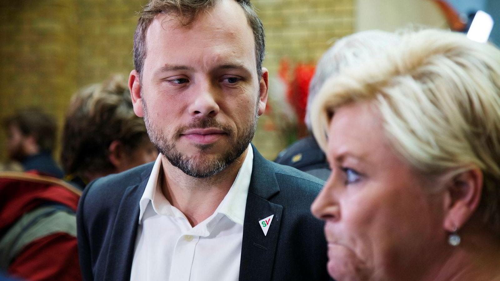 Audun Lysbakken (SV) er opptatt av at noen er blitt for rike. Siv Jensen (Frp) og regjeringspartiene vil heller snakke om å gi flere muligheter til utdannelse og arbeid slik at de kan få jobb og inntekt.