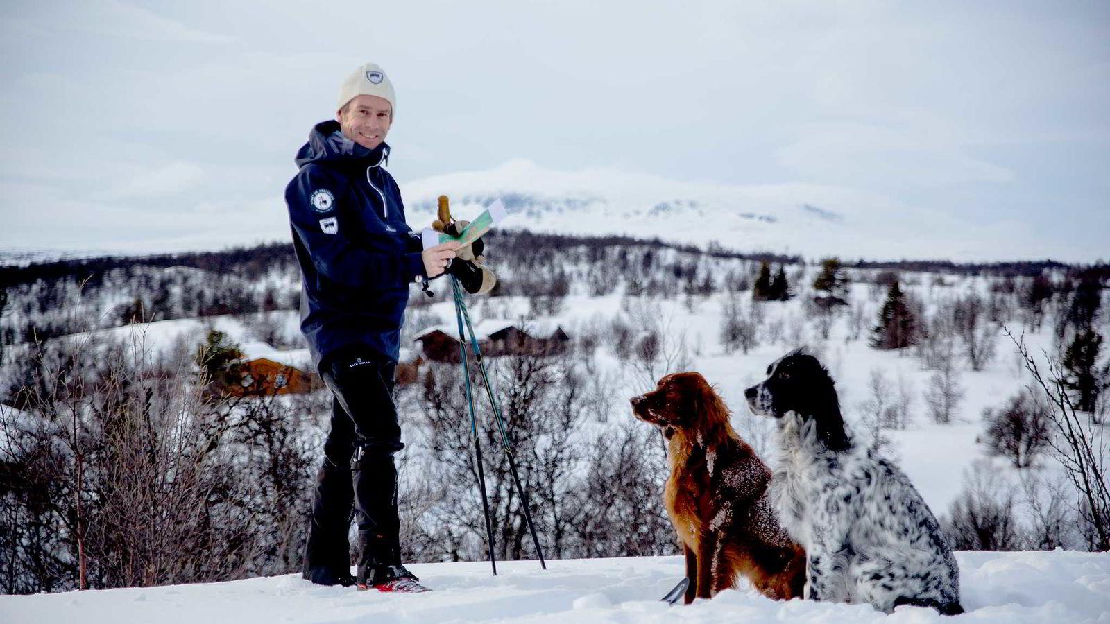 Eiendomsmegler Christian Haatuft i Eiendomsmegler 1, besiktiger tomter i Skurdalen, Geilo med direkte utsikt til Hallingskarvet.
