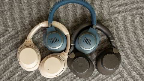 Hvilken er best? Sony WH-1000XM3 (beige), Jabra Elite 85h (sort) og JBL Live 650BTNC (blå) er tre fremragende trådløse, støydempende hodetelefoner i ulike prisklasser.