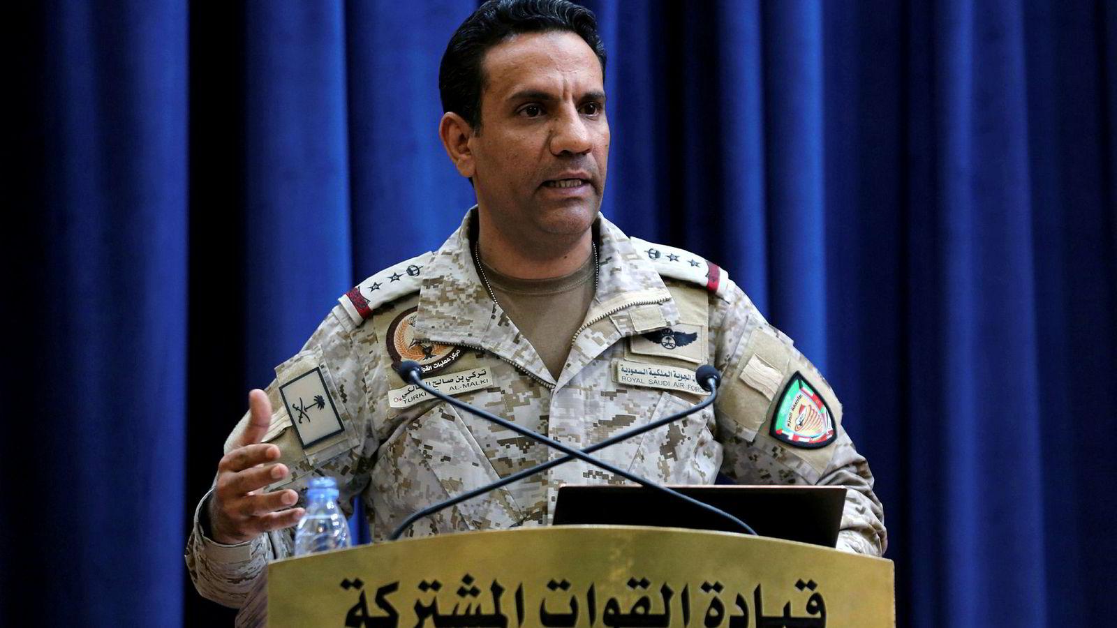 Oberst Turki Al-Malik, her avbildet på pressekonferanse i helgen, har uttalt at Saudi-Arabia har bevis på at Iran stod bak angrepene mot de to oljeanleggene lørdag.