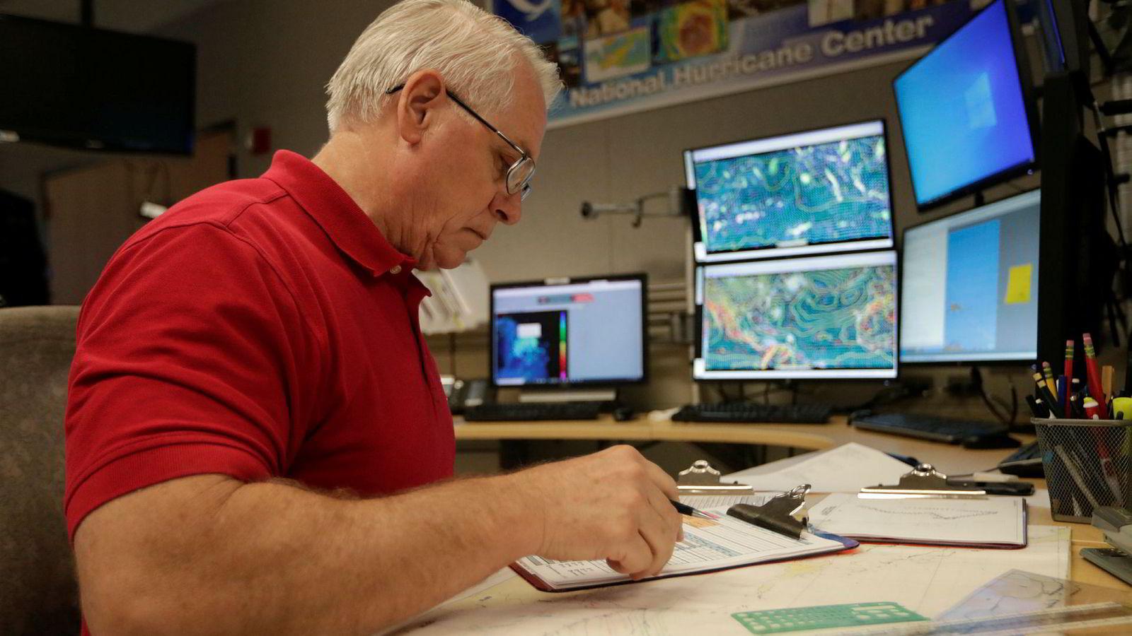 Orkanekspert Stacy Stewart i Det nasjonale orkansenteret overvåker den tropiske stormen Dorian.