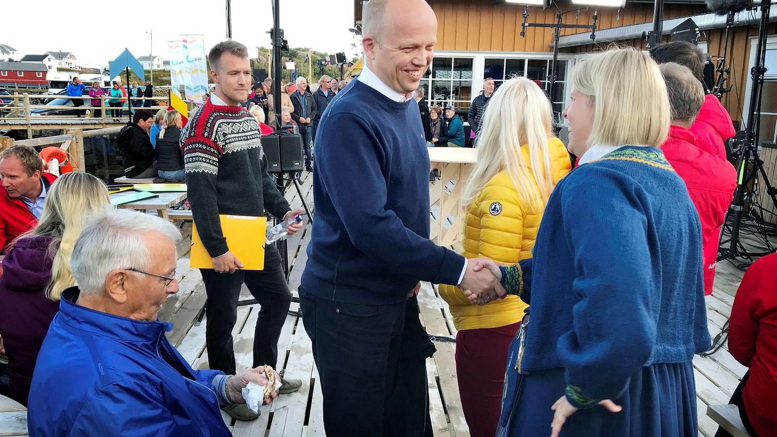 Torsdag kveld deltok Sp-leder Trygve Slagsvold Vedum på NRKs folkemøte fra Reine i Lofoten. Der hilste han på representanter for bunadsgeriljaen som kjemper for lokale fødetilbud. Til venstre står Vedums spinndoktor Lars Vangen.