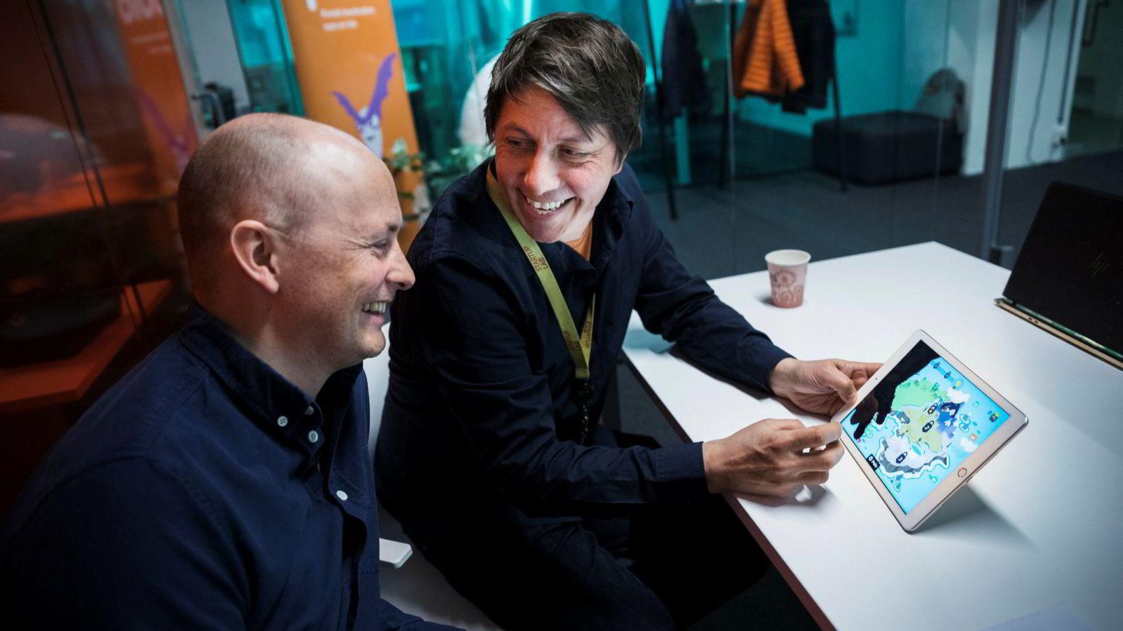 Christian Horn Hanssen i Schibsted Growth Norway skal bidra med penger og nettverk så gründer Daniel Senn kan lære barn i Sverige og Danmark å lese gjennom lek.