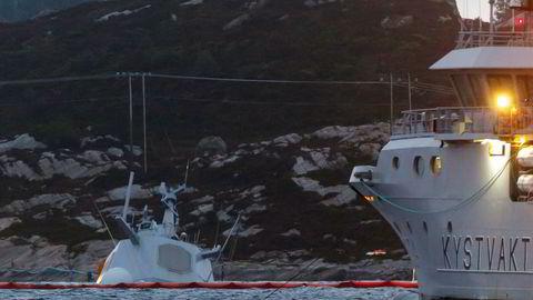 Det pågår kontinuerlig arbeid rundt den havarerte fregatten KNM «Helge Ingstad». Havaristen er så vidt synlig over vannskorpen etter at skipet sank ytterligere tirsdag.