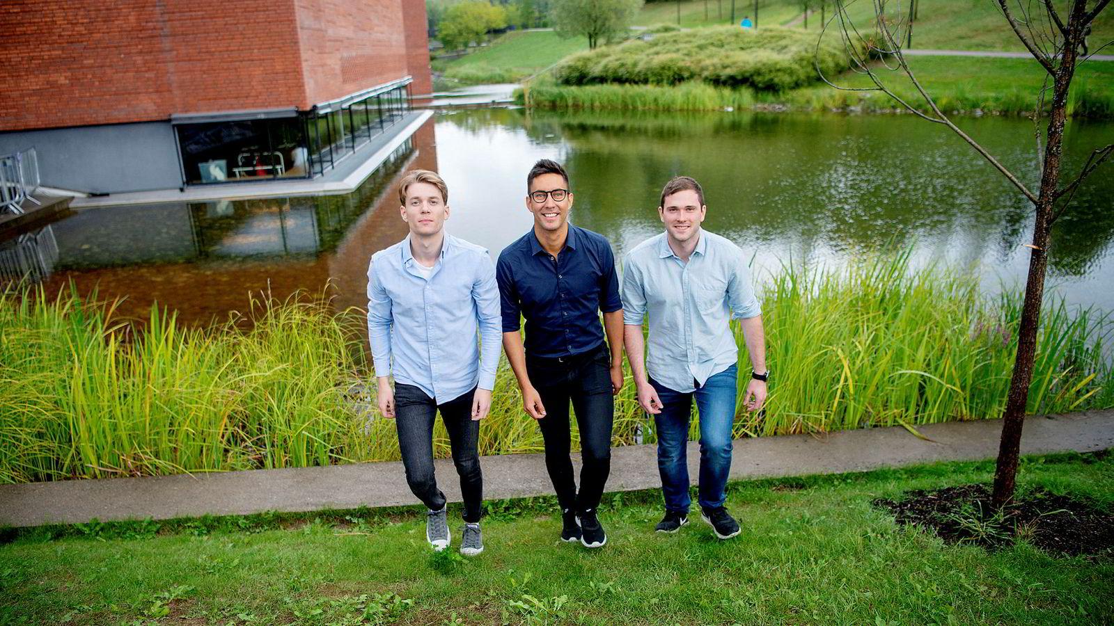 De tre studentene, fra venstre Christer Mathiesen, Erlend Sierra og Eirik Worren Legernæs møttes på NTNU og startet droneteknologiselskapet Versor. Nå er de ett av ti oppstartsselskaper fra hele verden som skal holde hus hos Equinor på Fornebu i tre måneder i høst.