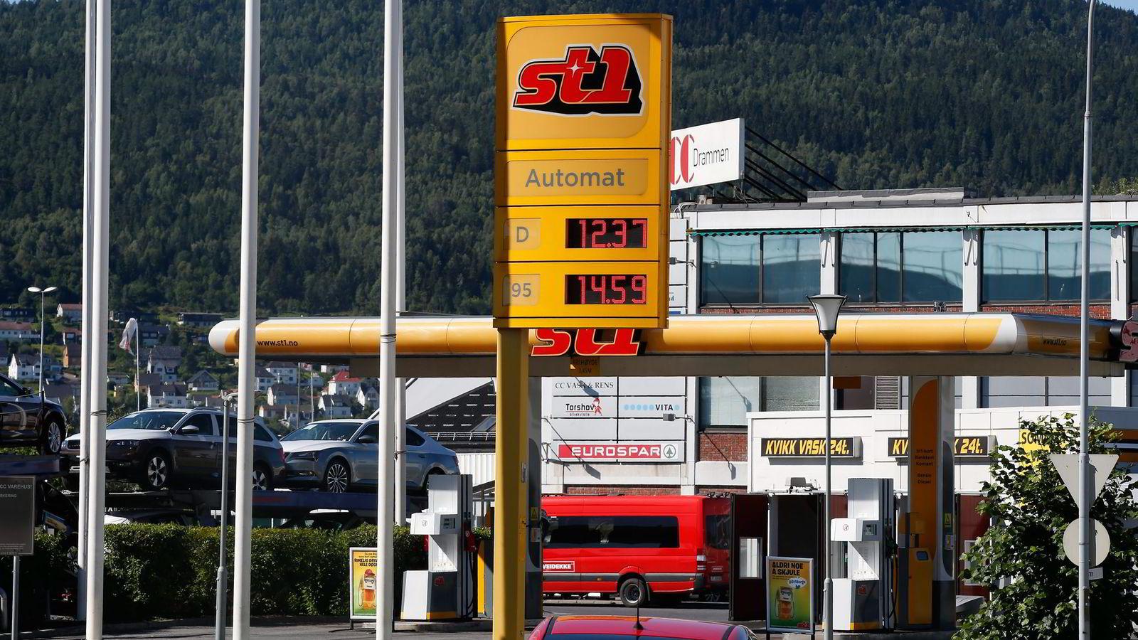 Hver mandag og torsdag formiddag settes pumpeprisen opp til selskapenes veiledende priser på alle landets mer enn 1600 bensinstasjoner . Vil Konkurransetilsynet slå seg til ro med status quo? spør artikkelforfatterne. Foto: Vidar Ruud,