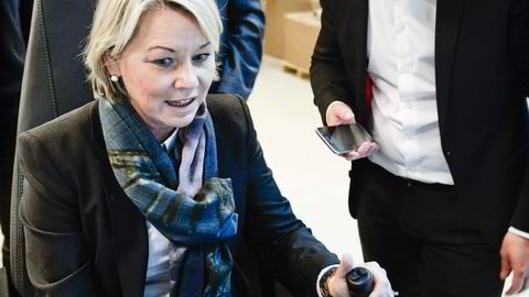 Næringsminister Monica Mæland sitter hos gründerbedriften Red Rock i Kristiansand og styrer en kran i Grimstad med hjelp fra gründer Christoffer Jørgenvåg og med ordfører Harald Furre som observatør. Foto: Jacob Buchardt