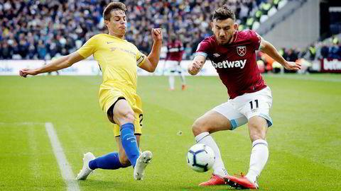 Med på Sky-kjøpet følger også rettigheter til attraktive rettigheter som engelsk Premier League-fotball. Her Chelseas Cesar Azpilicueta og West Hams Robert Snodgrass (til høyre) under søndagens kamp i Premier League.