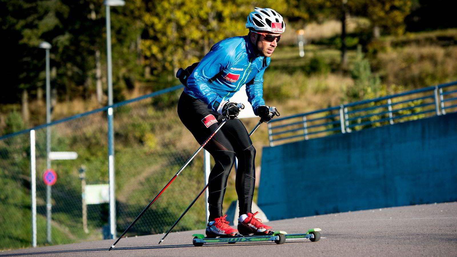 Nils-Ingar Aadne trener i Holmenkollen, men må korte ned på stavlengden etter nye regler fra FIS.