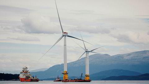 I 2017 ble Hywind satt i drift, seksten år etter at to norske ingeniører fikk ideen under et vindstille seilas. Her er vindmøllene på vei ut fra Stord til Skottland. Foto: Johannes Worsøe Berg
