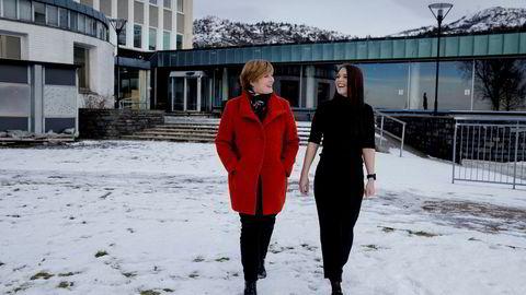 NHH-studentene Stine Hundsnes (til høyre) og Trine Lise Berge Johansen (bortreist da bildet ble tatt) ser at nesten ingen nyutdannede siviløkonomer vil jobbe i det offentlige, og enda færre ender opp der. Dette engasjerer professor Christine B. Meyer.