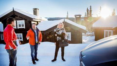 Peter Sjölander (til venstre) er sammen med kona Birgitta Sjölander på jakt etter fjellhytte. Ekteparet er på privatvisning på Kvitfjell med eiendomsmegler Stig Henning Svartor i DNB Eiendom.