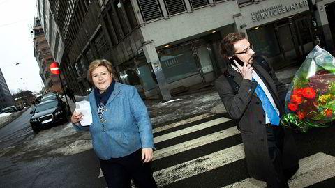 Odd Hoen-Sevje forlater nå statsminister Erna Solbergs side. Her er de to under valgkampen i 2011.