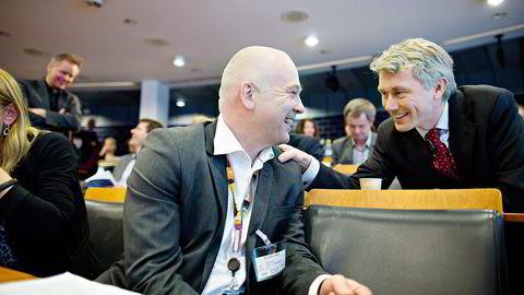 Kringkastingssjef Thor Gjermund Eriksen og TV 2-sjef Olav T. Sandnes diskuterer under en konferanse om NRK rolle i denne uken.