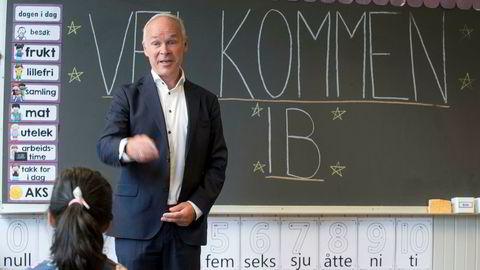 Dersom regjerings budsjettforslag om å endre Lånekassen-reglene blir vedtatt, er planen å innføre reglene rundt årsskiftet 2020/2021. Kunnskapsminister Jan Tore Sanner møter her førsteklassinger, lærere og foreldre på Grorud skole i Oslo i forbindelse med skolestart i august.