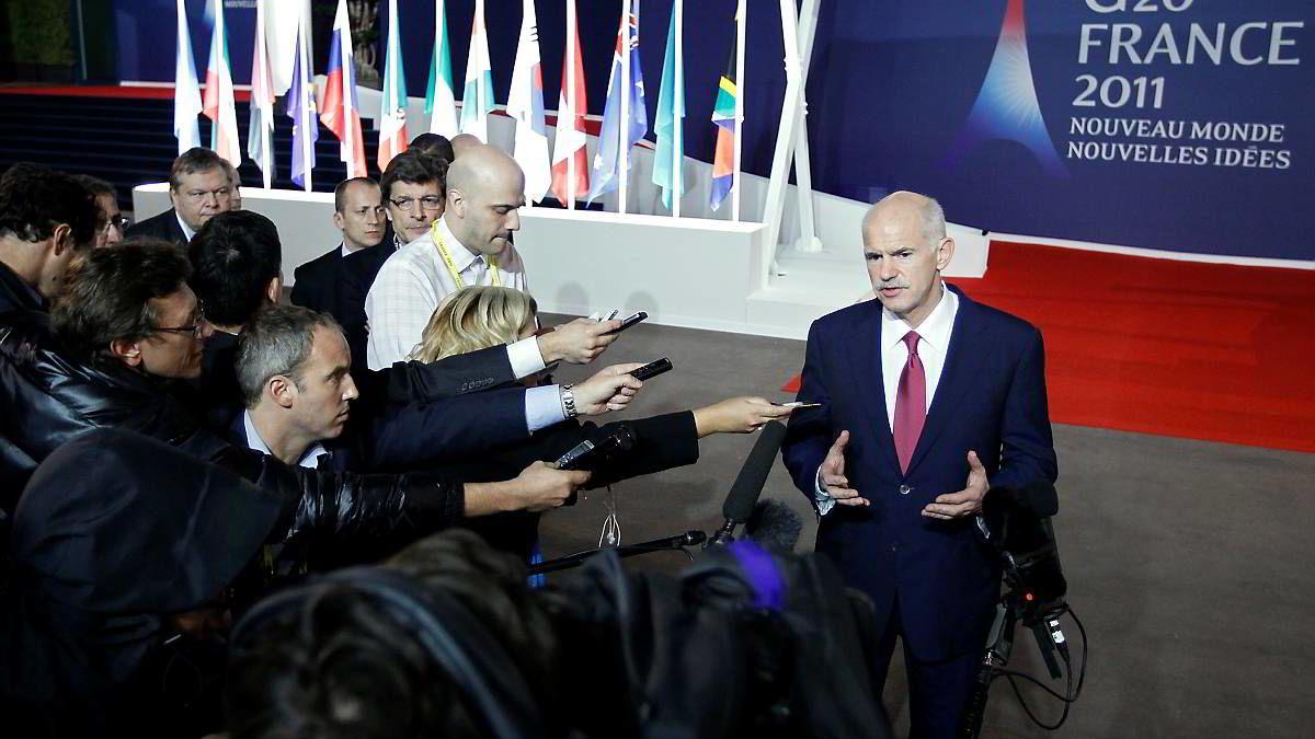 Den greske statsministeren Georgios Papandreou snakker med pressen etter krisemøtet onsdag kveld.