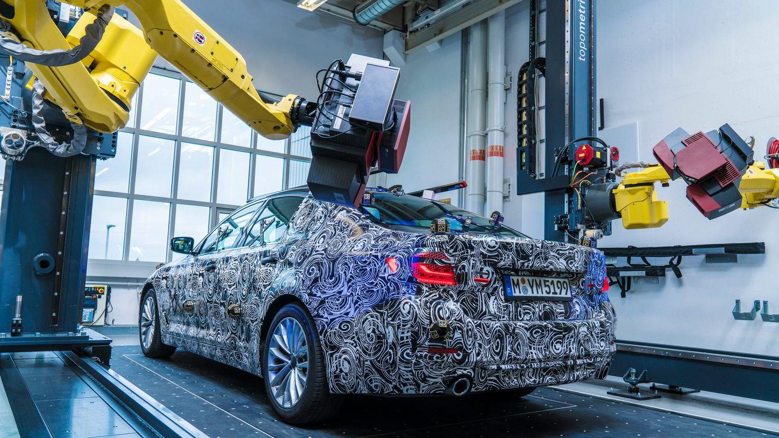 Dette er et av de første bildene av BMWs nye 5-serie. Bilen presenteres senere i høst.