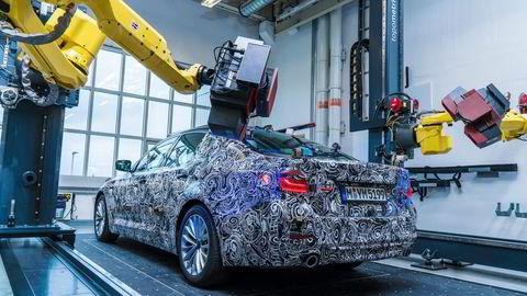 Dette er et av de første bildene av BMWs nye 5-serie. Bilen presenteres senere i høst. Foto: BMW