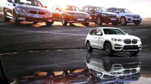 BMW X3 ladbar hybrid på scenen i Genève. Bak vises bilde av flere ladbare hybrider fra BMW.