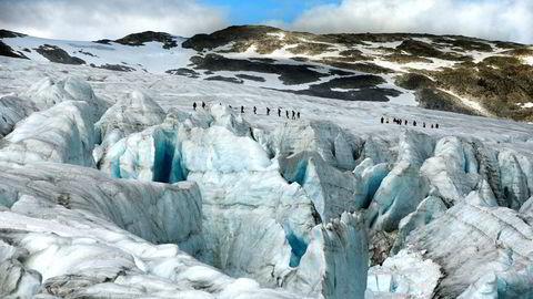 Brevandring på Austdalsbreen, en av utløperne fra Jostedalsbreen, i 2015. Norge mister viktige turistattraksjoner hvis isbreene smelter bort.