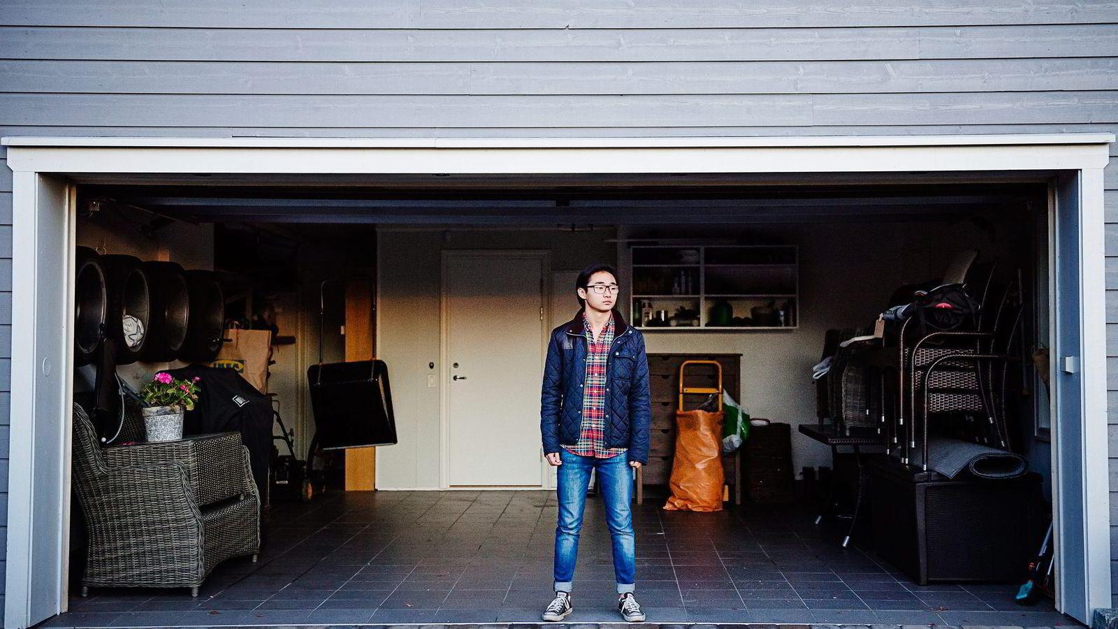 Kristoffer Moe har ikke førerkort og garasjen står tom. Tross dette fikk han én telefon fra DNB på 18. årsdagen sin og tillbud om billån.                Foto:Hampus Lundgren