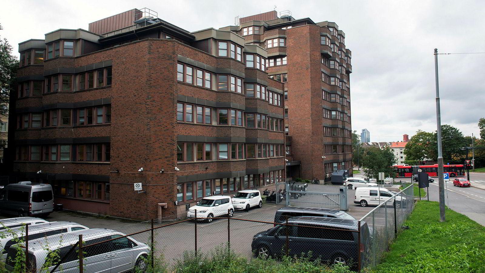 Etter at Oslo kommune solgte denne eiendommen i Økernveien for 103 millioner kroner, tjente kjøperne 146 millioner på knappe tre år. I dag leier Politiets utlendingsenhet her for 28 millioner i året.