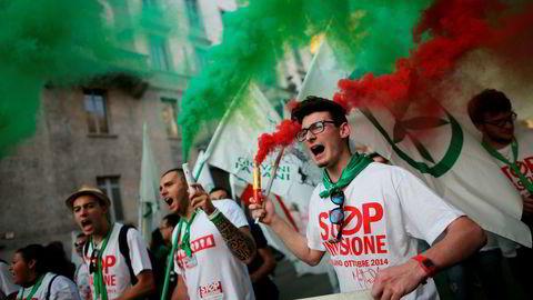 Tilhengere av det italienske partiet Lega og høyrevridde aktivister demonstrerer mot innvandring i oktober, 2014. Foto: Marco Bertorello/AFP/NTB Scanpix
