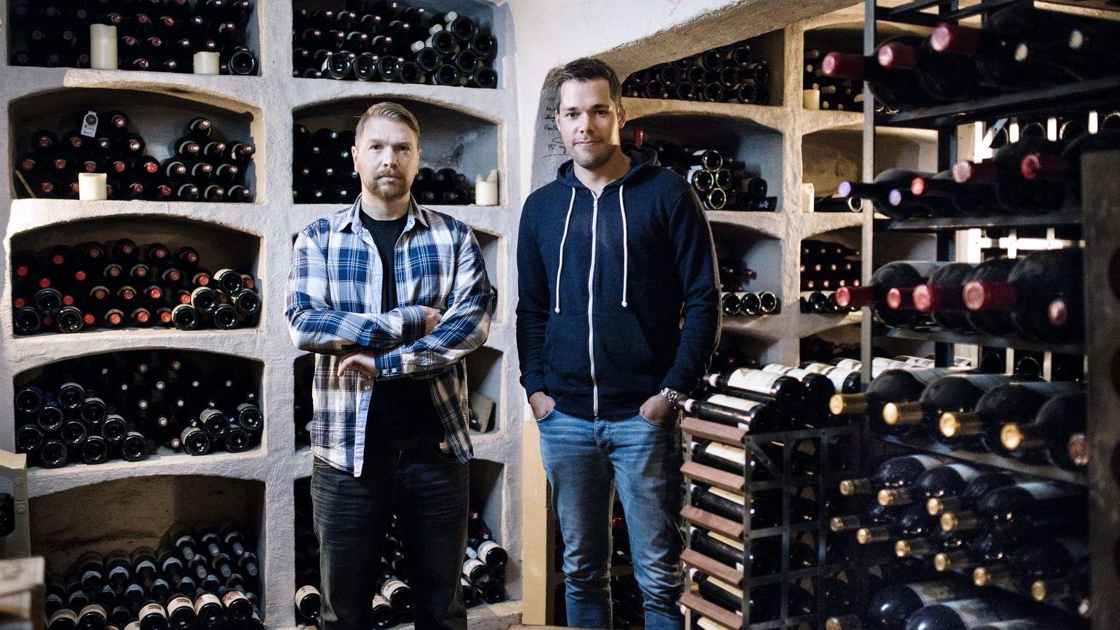 SLUTT. Restaurantsjefene Robert Lie (til venstre) og Niklas Johansson står i vinkjelleren på Bagatelle. Hovedrestauranten legges ned, men det blir fortsatt lunsjservering på Lille B.