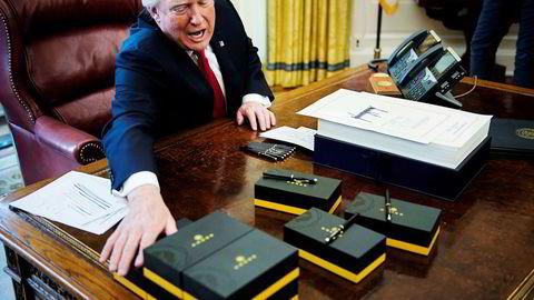 President Donald Trump ga bort penner til pressen etter at han signerte skattereformen 22. desember i fjor.