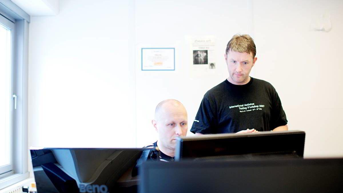Virusanalytiker Snorre Fagerland i Norman mener virus som låser pc-en din og krever løsepenger kan være enda en god grunn til å ha et opplegg for jevnlig sikkerhetskopiering. Her sammen med utvikler Leif Arne Søderholm. Bildet er tatt tidligere i år i forbindelse med slike virus.