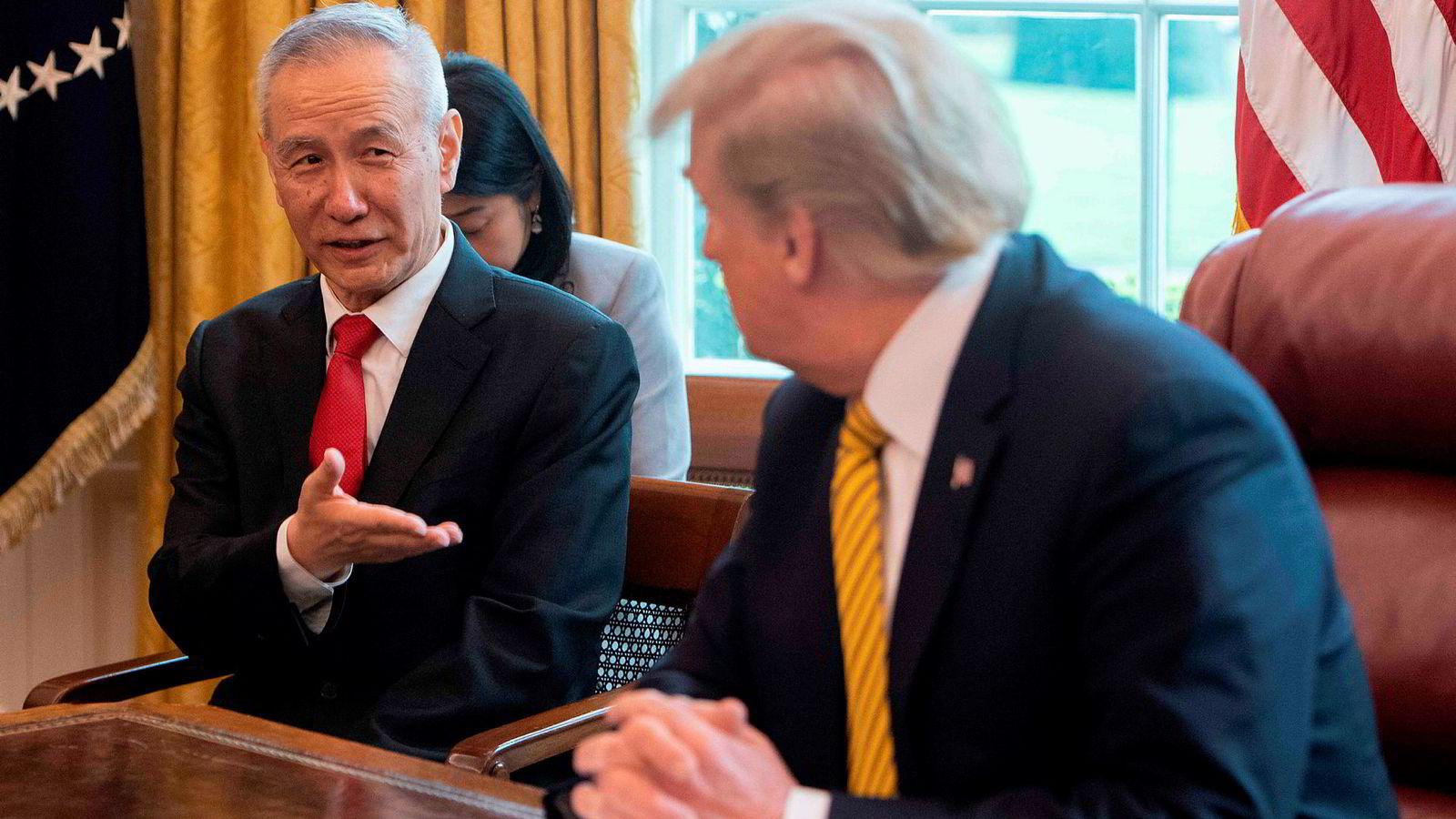 Kina får feire 70 år under kommunistisk styre den 1. oktober uten ny straffetoll. Visestatsminister Liu He (til venstre) skal lede den kinesiske delegasjonen som kommer til USA i oktober.