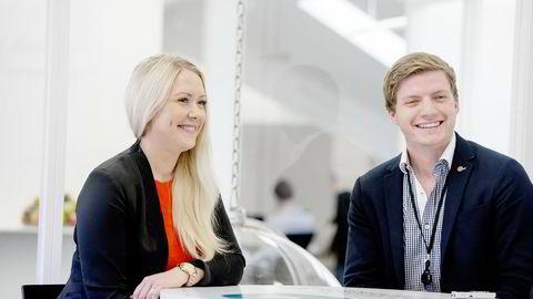 – Det nytter ikke å sitte hjemme og tro at jobben kommer til deg, sier Eveline Ottosson (27). Hun og Henrik Almås (25) er blant de mer enn 100 nyansatte DNB-meglerne i år. De fleste kommer rett fra skolebenken. Foto: Mikaela Berg