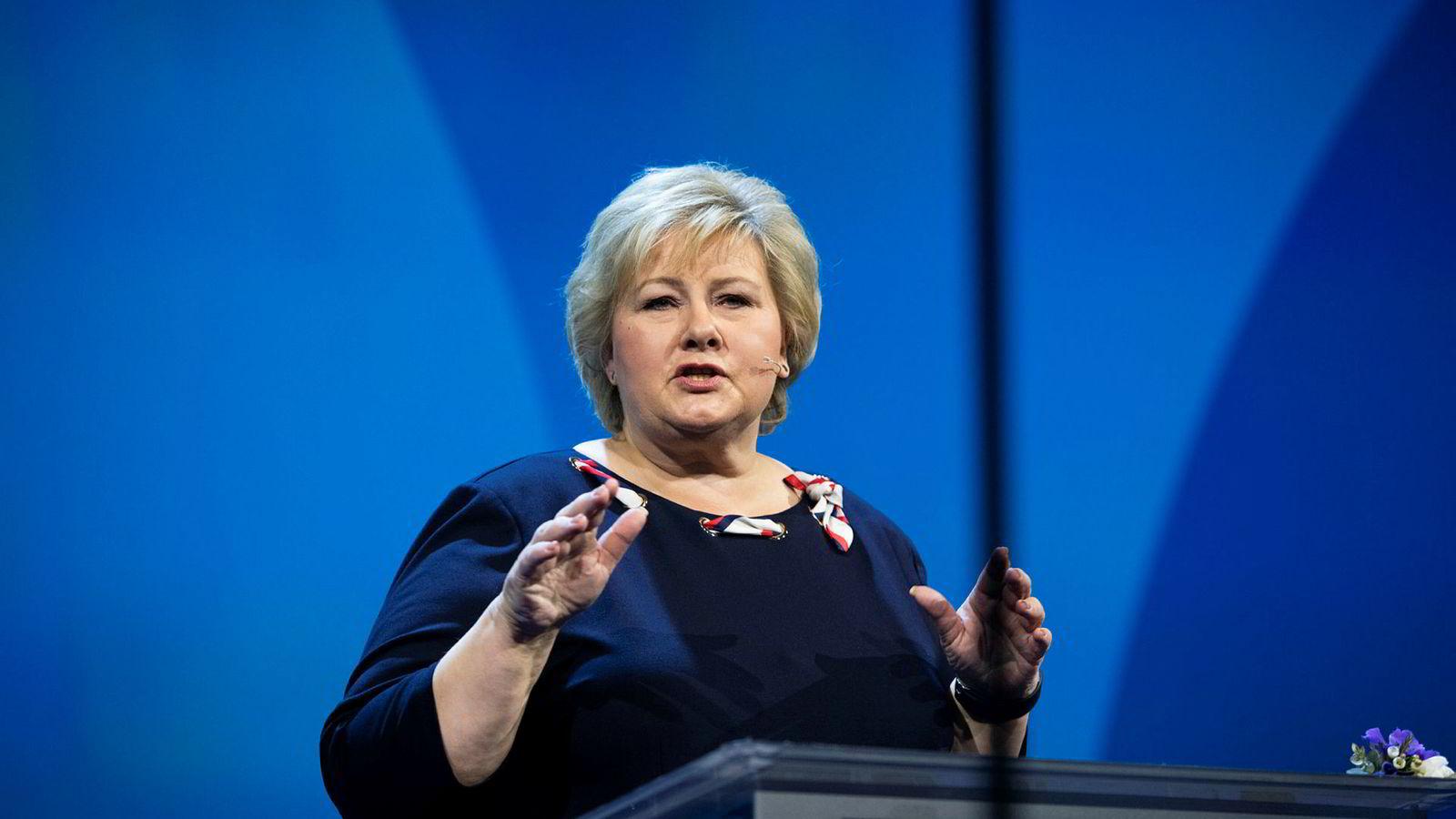 Statsminister Erna Solberg vil ha frihet til å vurdere forsvarssatsingen fremover.