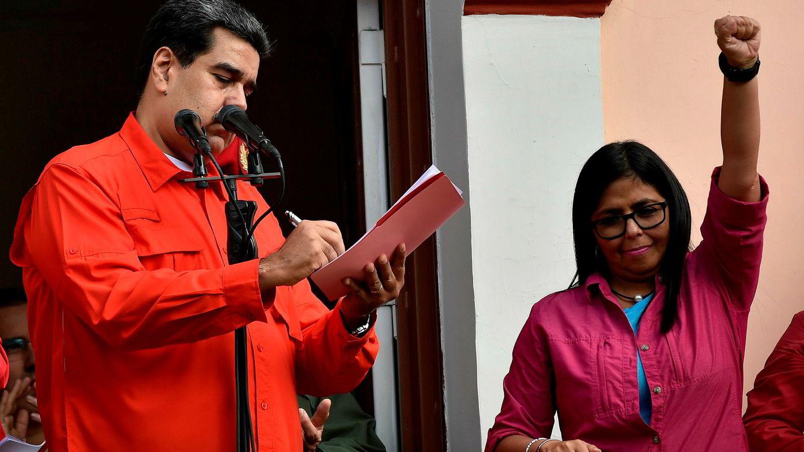 Venezuela's President Nicolas Maduro signerer et dokument om at hans regjering bryter diplomatiske forbindelser med USA under en samling i Caracas onsdag.