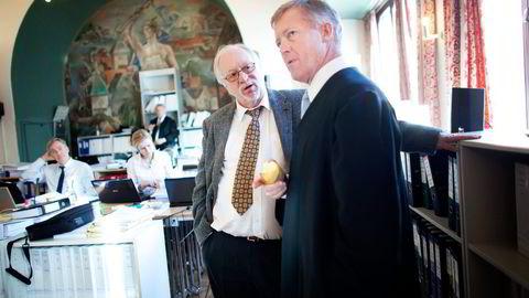 Fra venstre Lars Audun Lundes advokat Atle Helljesen og advokat Bjørn Stordrange. Foto: Tomas Alf Larsen