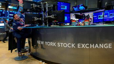 Førhandelen i USA peker nedover mandag formiddag. Her er traderne på gulvet på New York Stock Exchange.