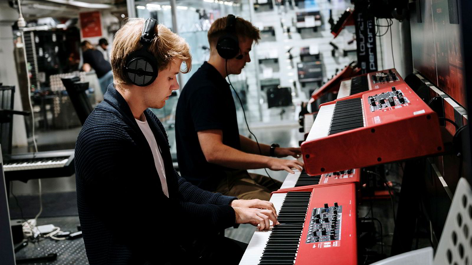 Fra venstre: Andreas Dahl og Nikolai Dahl ser på keyboard i 4 Sound. Andreas Dahl skal flytte hjemmefra og trenger et instrument til kollektivet. 4 Sound har dårlig resultat og skylder på netthandel.