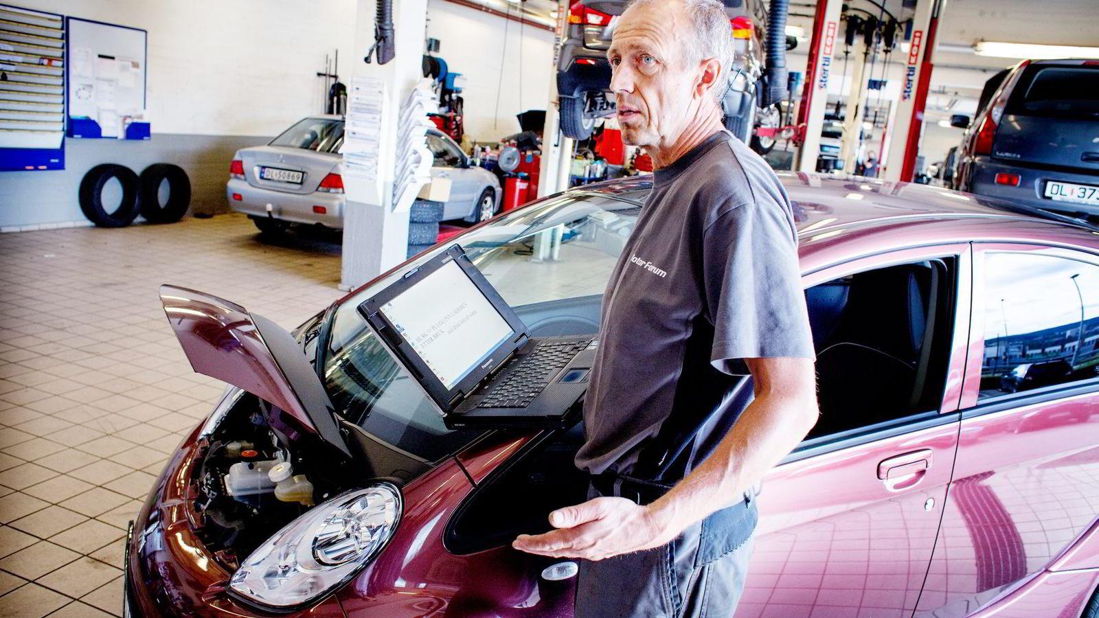 ENKEL BIL. Mekaniker Jan Erik Bøe mener han bruker kanskje halve tiden på en service på elbilen I-Miev, sammenlignet med en «vanlig» bil. Foto: Hege Hegle