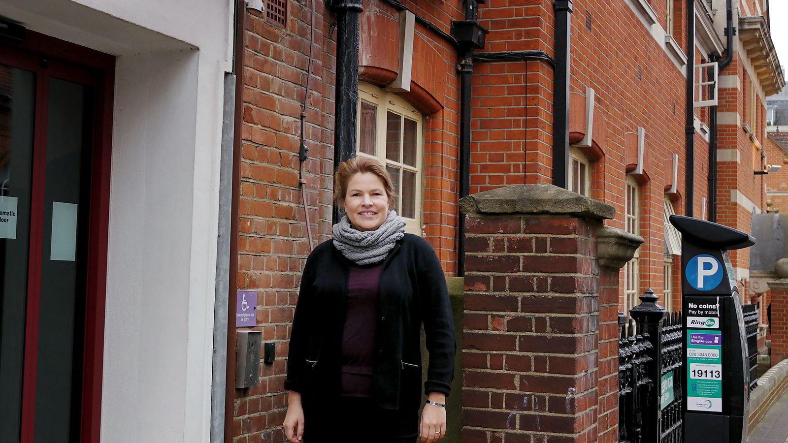 Kari Bech-Moen (38) flyttet til London og ble gründer. Her er hun utenfor gründer-inkubatoren Wimbletech, der hun utvikler appen FamWeek.