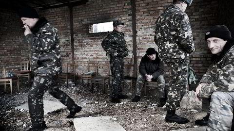 Ukrainske soldater ved militærbasen i Belbek ved Sevastopol på Krim i mars 2014. Foto: Linda Næsfeldt