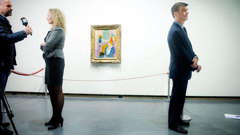 SISTE VISNING. Direktør Tone Hansen ved Henie Onstad Kunstsenter må pakke ned Matisse-bildet «Blå kjole i okergul lenestol» og sende det til New York. Til høyre Rosenberg-familiens advokat Christopher A. Marinello. Alle foto: Elin Høyland